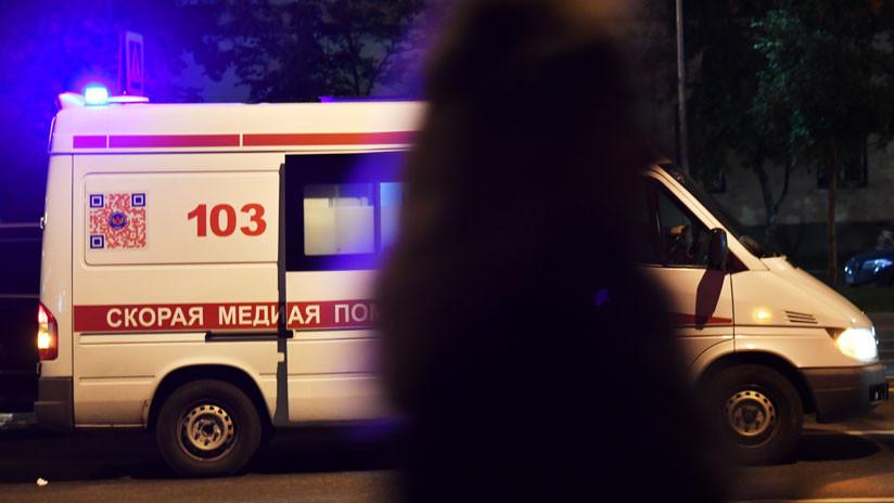 Un ruso intenta calmar a su amigo durante un altercado y lo tira del sexto piso