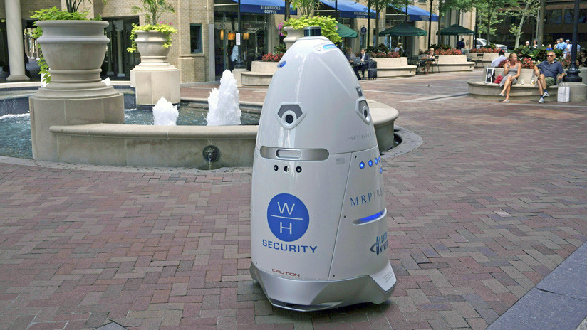 """Acusan al robot de seguridad de un aeropuerto de Nueva York de lanzar miradas """"lascivas"""" a mujeres"""