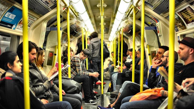 Un desconocido ayuda en el metro a un padre con las matemáticas de su hijo y su gesto se hace viral