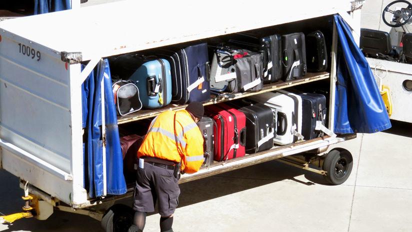VIDEO: Contenedores de equipaje 'sobrevuelan' un aeropuerto canadiense y casi chocan a empleados