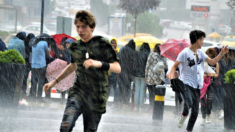 """VIDEO: Caos en la capital turca por la mayor inundación """"en 500 años"""""""
