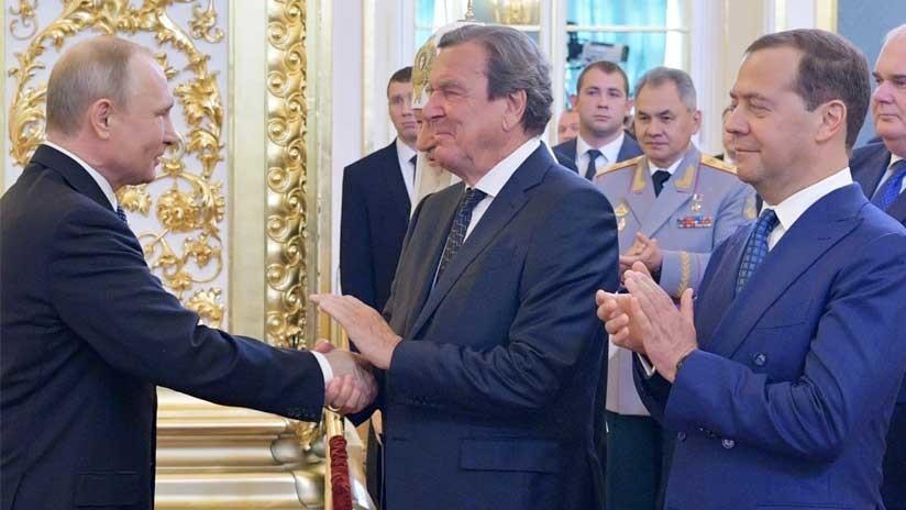 VIDEO: Gerhard Schroeder recibe de Vladímir Putin un apretón de manos 'exclusivo'
