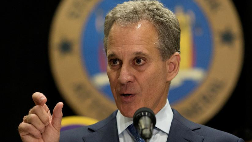 El fiscal general de Nueva York renuncia a su cargo tras ser acusado por 4 mujeres de abuso físico