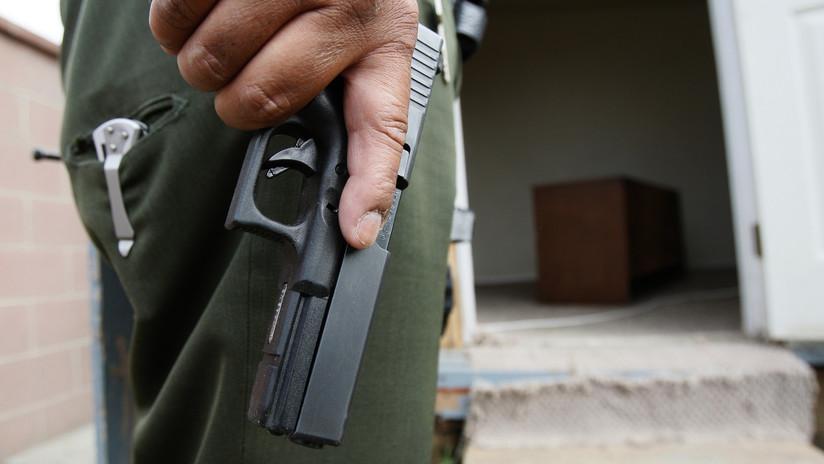 EE.UU.: Compra Mentos en una tienda y un policía le apunta con su pistola acusándole de robo (VIDEO)