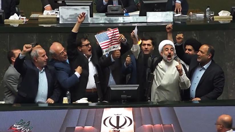 VIDEO: Queman una bandera de EE.UU. en una sesión parlamentaria en Teherán