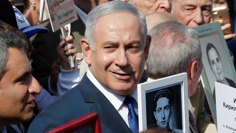 Netanyahu lleva la foto de un héroe soviético de la II Guerra Mundial en la marcha en Moscú