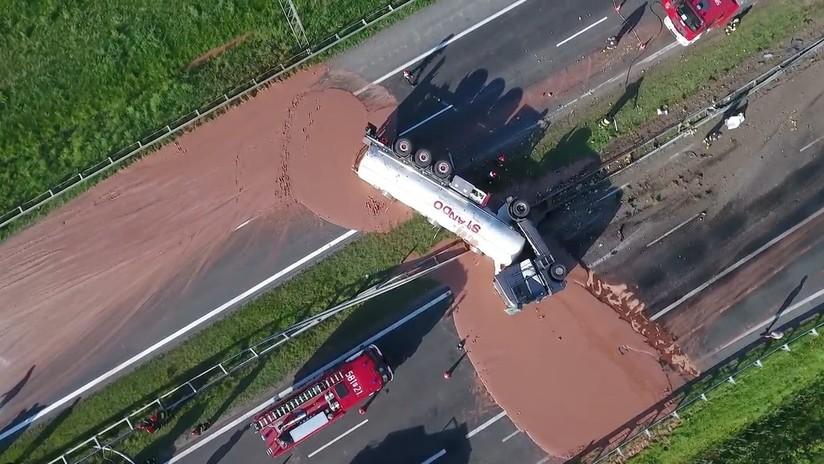 VIDEO: Accidente de un camión deja una 'deliciosa' carretera de chocolate en Polonia