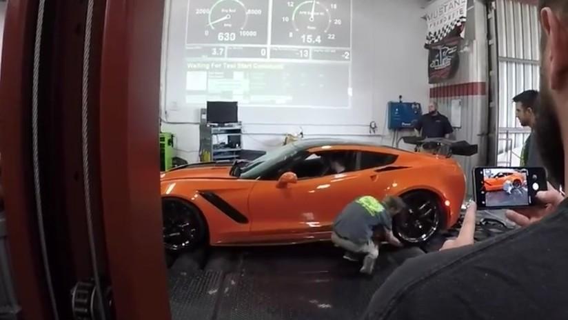 """""""Se descuidó un poco"""": Limpia neumáticos de un Corvette y acaba con un brazo bajo la rueda (VIDEO)"""