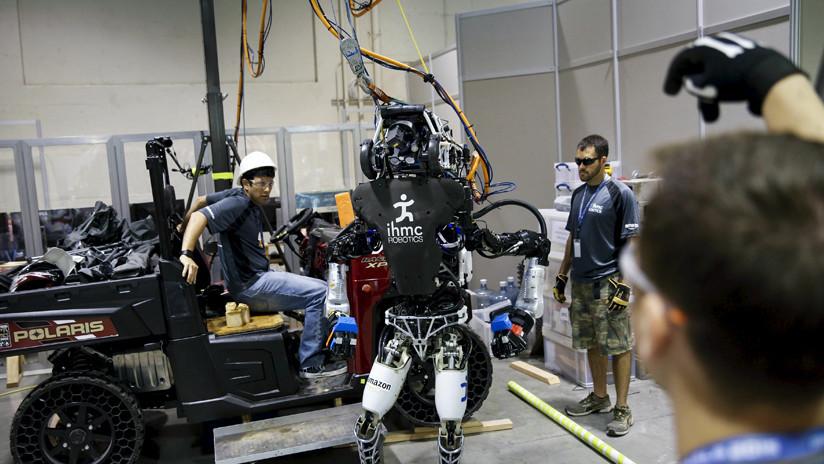 VIDEO: Una máquina androide 'capaz de perseguir a los humanos' trota en un parque
