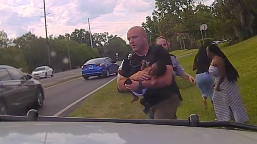 VIDEO: Un policía salva a un bebé que dejó de respirar en el coche de su madre