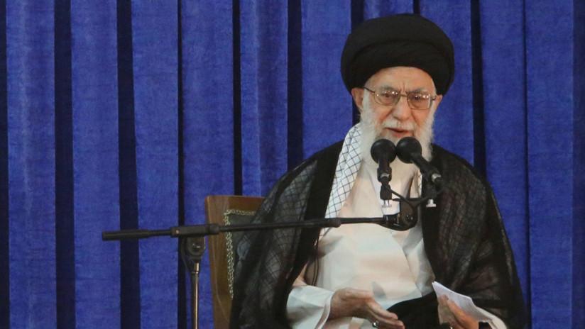 FOTO: El líder supremo de Irán publica una instantánea leyendo el polémico libro sobre Trump
