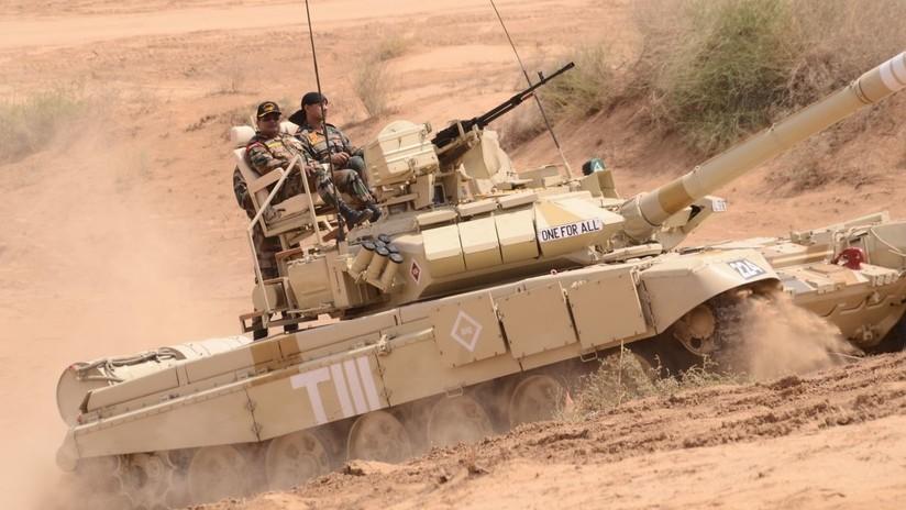 FOTO: Militares indios transforman con dos sillas un Tanque T-90 en punto de mando improvisado