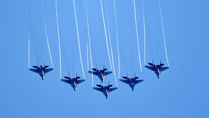 Equipos acrobáticos rusos realizan impresionantes maniobras aéreas