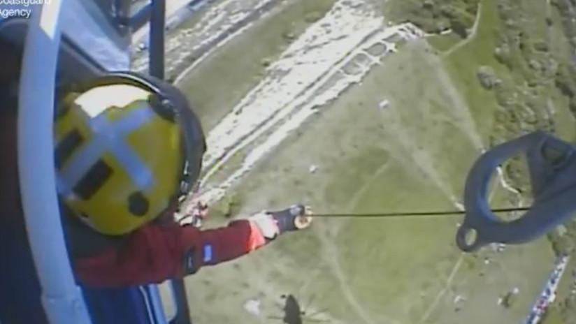 """""""Agarrado de las uñas"""": Rescatan a un niño de 13 años a punto de caer de un acantilado (VIDEO)"""