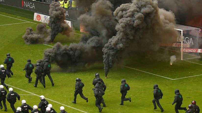 Bengalas y humo: Hinchas provocan disturbios porque el Hamburgo desciende en la Bundesliga (VIDEOS)