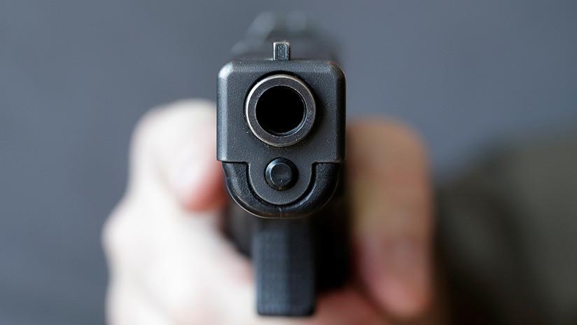 FUERTE VIDEO: Agente brasileña frustra en segundos atraco a mano armada contra mujeres y niños