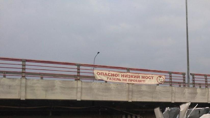 FOTOS, VIDEO: El 'puente de los tontos' de San Petersburgo ya cuenta con 149 camiones siniestrados