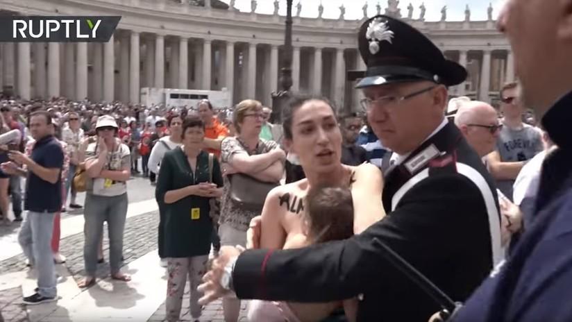 VIDEO: Activista de FEMEN amamanta a su bebé en una protesta anticatólica