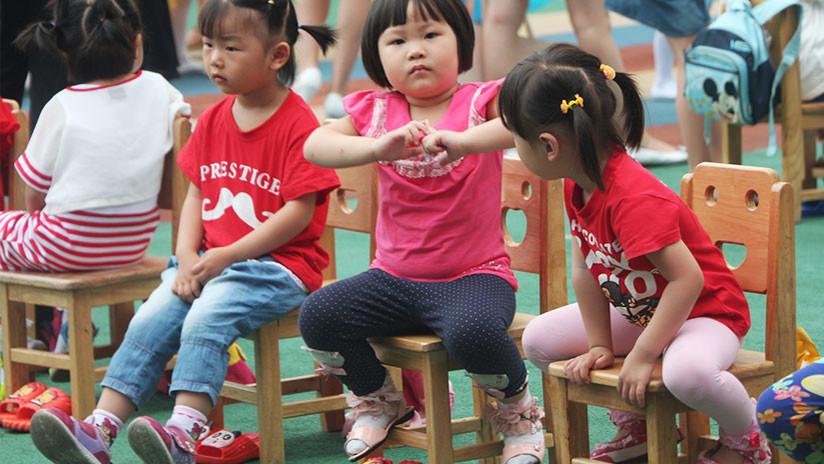VIDEO: Una maestra de guardería le retira la silla a una niña cuando se estaba sentando