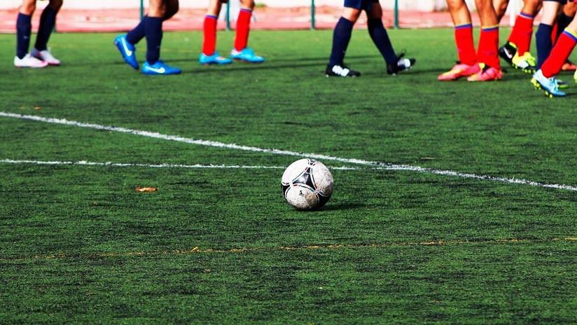 VIDEO: Futbolista golpea a un rival en la cabeza y provoca un conato de bronca