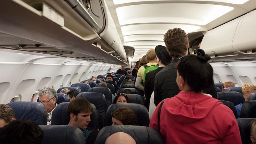Un pasajero se pasea desnudo durante un vuelo y lo encierran en el baño