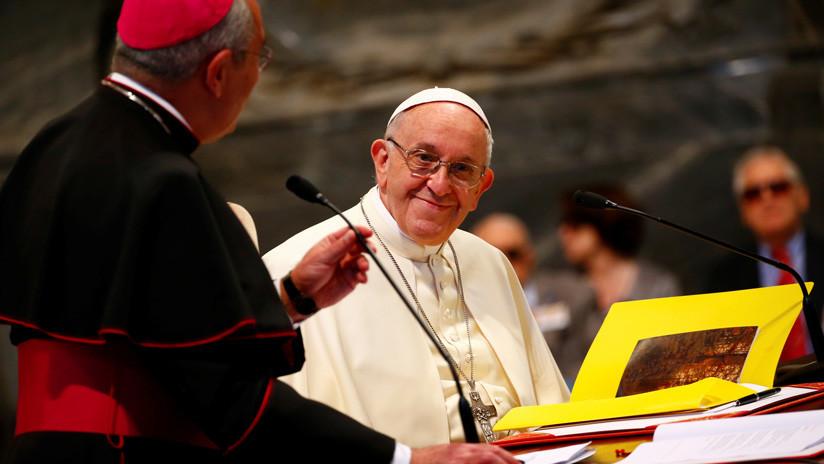 La verdadera historia de la 'inquietante' foto del papa Francisco que se hizo 'meme' (FOTOS)