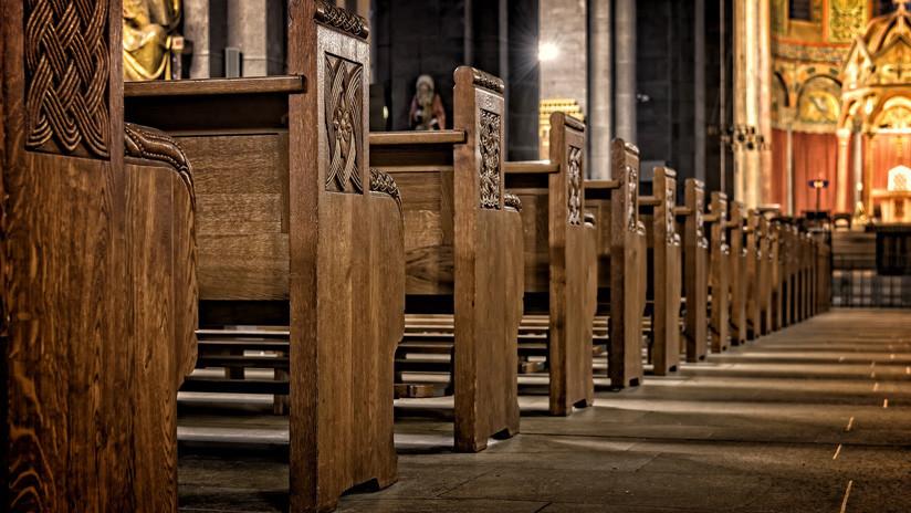 VIDEO: Una mujer interrumpe a los gritos al coro de una iglesia con un reclamo muy particular