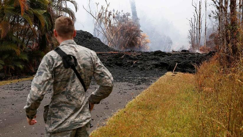 La lava, el humo y el vapor emanan de las enormes grietas del volcán hawaiano de Kilauea