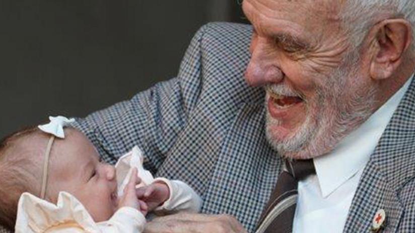 VIDEO: Este hombre con 'el brazo de oro' salvó a 2,4 millones de bebés