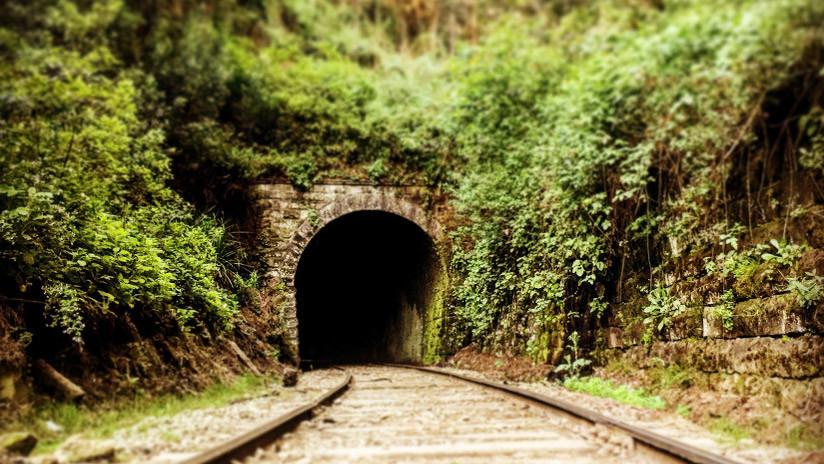 VIDEO: El dramático instante en que dos ciclistas evitan ser arrollados por un tren en un túnel