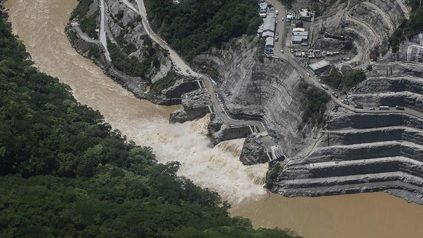 VIDEO: Un obrero colombiano se salva por los pelos de una ola gigantesca del río Cauca