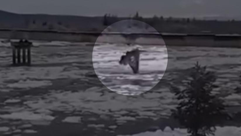 VIDEO: Bloques de hielo en un río destruyen el puente más peligroso de Rusia