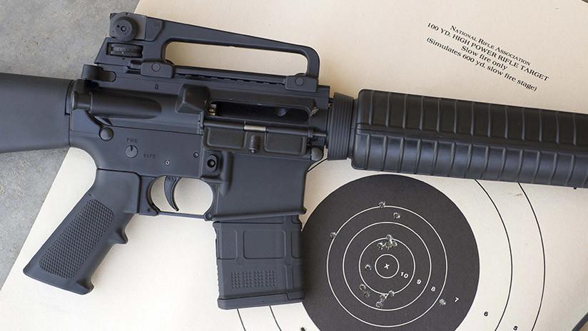 FOTO: Se gradúa de una universidad de EE.UU. y camina por el campus con un rifle AR-10