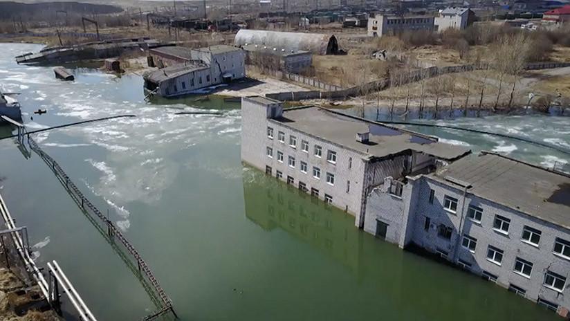VIDEO: Así está siendo una ciudad fantasma rusa 'tragada' por la tierra