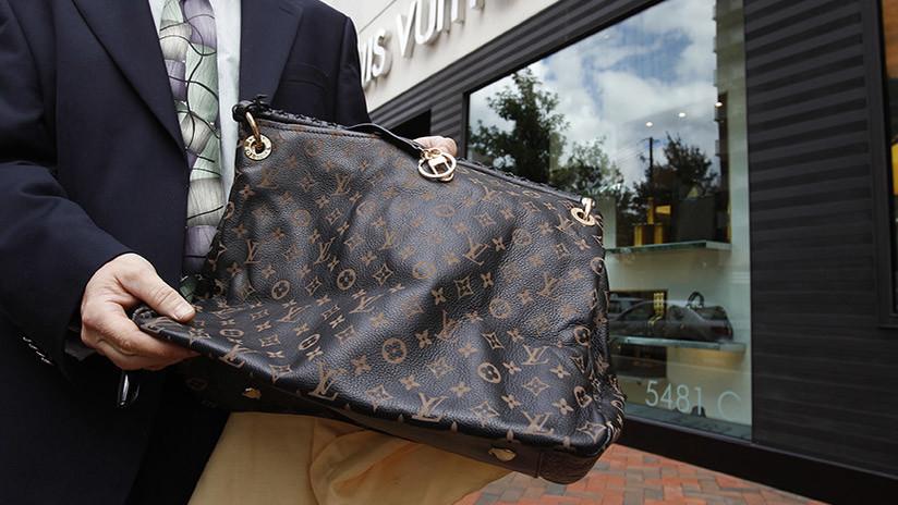 """""""Nunca tendrás mi Louis Vuitton"""": se niega a darle su bolso a un ladrón armado y sobrevive (VIDEO)"""