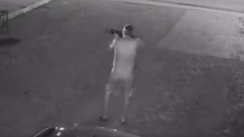 VIDEO 18+: Un hombre desnudo dispara contra la Policía durante una hora