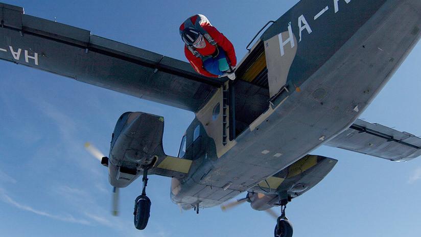 Salta en paracaídas y en instantes el avión se estrella con su hijo adentro