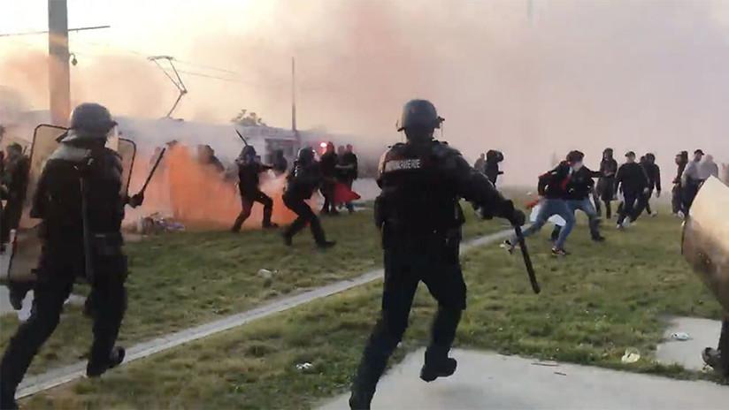 VIDEOS: Hinchas del Atlético de Madrid exhiben una bandera 'racista' y causan disturbios en Francia
