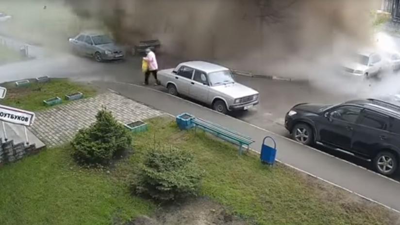 VIDEO: Un violento 'géiser' de agua sucia irrumpe de una alcantarilla y cae sobre una anciana rusa