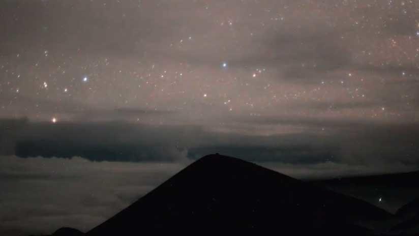 La erupción del volcán Kilauea bajo el cielo estrellado de Hawái, en un hipnótico video 'timelapse'
