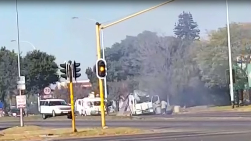 VIDEOS: Atracan con explosivos y fusiles de asalto dos furgonetas llenas de dinero en Sudáfrica
