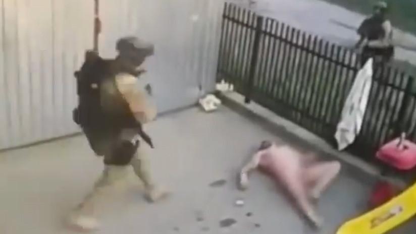 VIDEO: Intenta escapar de la Policía, salta desnudo por la ventana y cae en manos de los oficiales