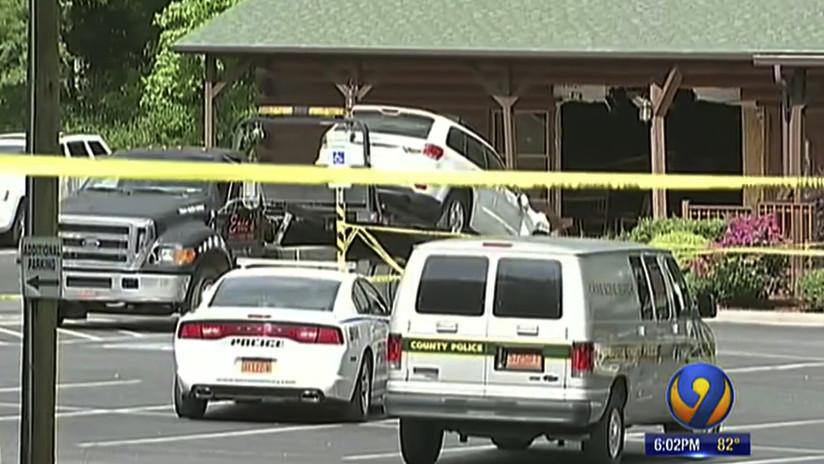 FOTOS: Invita a sus familiares a un restaurante y empotra su coche contra el local para matarlos