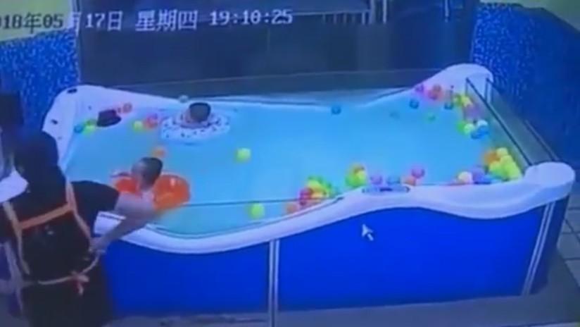 VIDEO IMPACTANTE: Bebé de 7 meses por poco muere ahogado tras un despiste de sus cuidadores