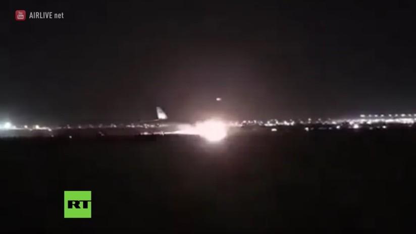 Aterrizaje en llamas: Un avión con 140 pasajeros se arrastra con su morro por la pista (VIDEO)