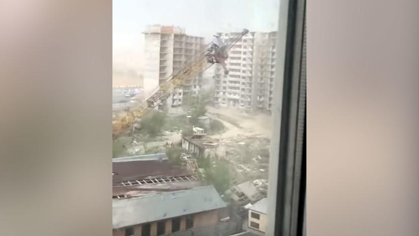 VIDEO: Inesperada tormenta derriba una grúa en una urbanización en construcción