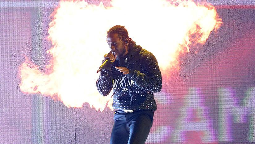 VIDEO: Un rapero invita a una fan blanca a subir al escenario y la interrumpe cuando dice 'nigger'