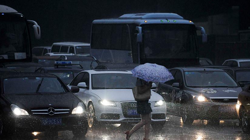 VIDEO: Un policía regula el tráfico descalzo bajo un aguacero en China