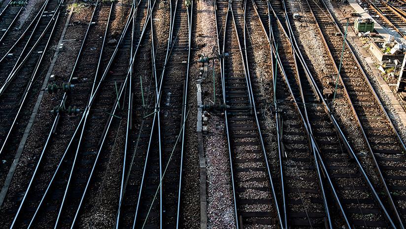 VIDEOS: Un tren 'infernal' de pasajeros cubierto en llamas conmociona a los viajeros en una estación