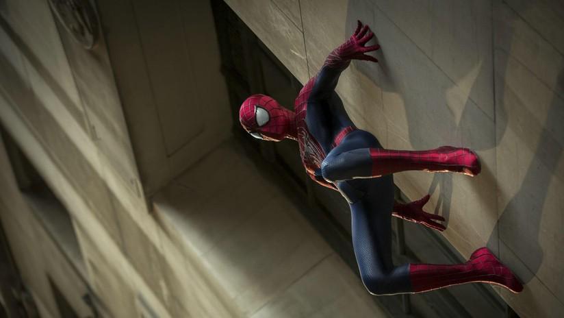 VIDEO: Dos 'hombres araña' trepan cuatro pisos para salvar a un niño que estaba a punto de caerse